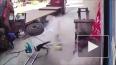 Видео: взорвавшаяся шина отбросила маленького мальчика ...