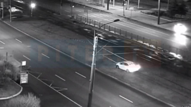 Видео: на проспекте Энгельса из-за удара легковушку вынесло на трамвайные пути
