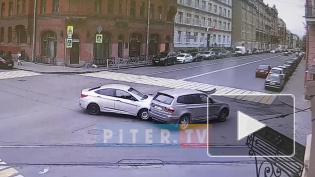 В центре Петербурга две иномарки столкнулись на перекрестке