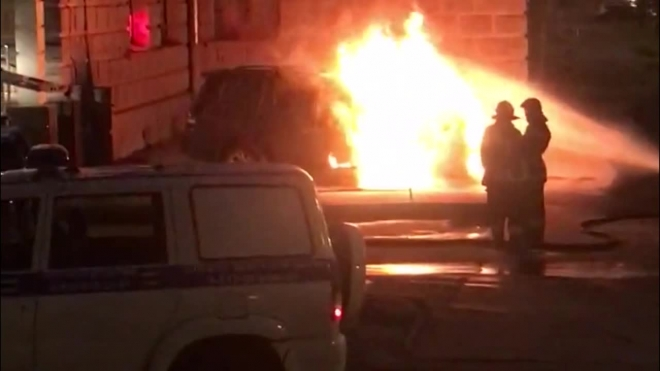 Очевидцы: на Кузнецовской подожгли иномарку