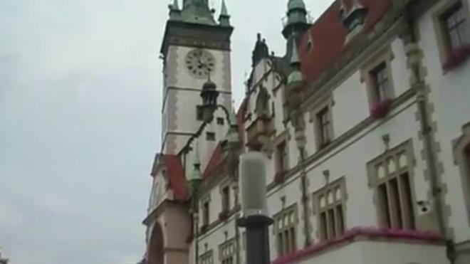 Чехи забросали яйцами президента Милоша Земана, сочувствующего России, и попали яйцом в голову президента ФРГ