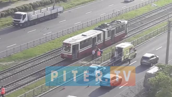 Трамвай сбил пешехода на улице Ильюшина